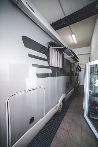 lepení karavanu
